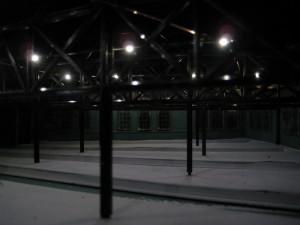 Spåren i lokstallet lystes upp av lampor i taket.