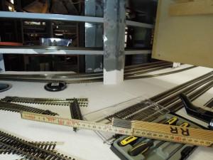 Spånplattan till höger är väggen till lokverkstaden